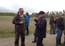 Avslutningsfika, Kristoffer Carlander och Göran Moberg diskuterar.
